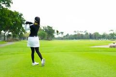 在高尔夫球的胜利从一个女性焦点 免版税库存图片