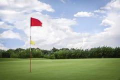 在高尔夫球航路的旗子有copyspace的 免版税图库摄影