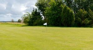 在高尔夫球领域的旗子标记 库存照片