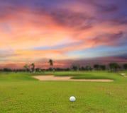 在高尔夫球领域的暮色时间 免版税库存照片