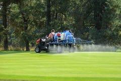 在高尔夫球绿色的工作 免版税库存图片