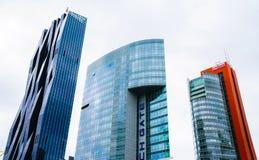 在高层办公室和公寓buildin的现代派建筑学 免版税库存照片