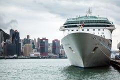 在高层建筑物香港背景的巡航划线员  库存图片