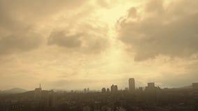 在高层的云彩 依靠山的城市大厦 全景台山,泰安城市 股票视频