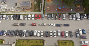 在高层建筑物前面停放的汽车 库存图片