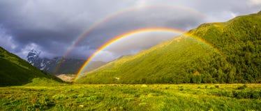 在高山中的五颜六色的彩虹 库存图片