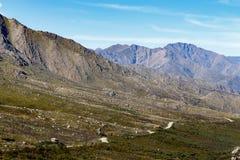 在高山之间的路 免版税图库摄影