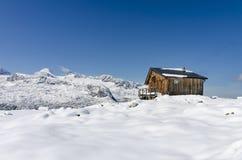 在高山冬天风景的木瑞士山中的牧人小屋 免版税库存照片