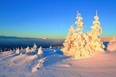 在高山和峰顶中的一冷淡的美好的天 免版税库存照片