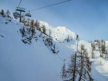 在高山手段的滑雪驾空滑车 免版税库存图片