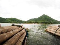 在高山湖全景视图的竹浮动木筏 免版税图库摄影