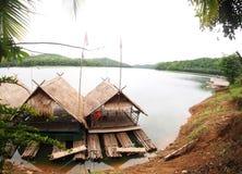 在高山湖全景视图的竹浮动木筏 库存图片