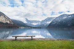 在高山湖岸的长木凳 图库摄影