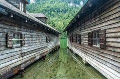 在高山湖的木大厦。 免版税库存照片