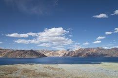 在高山湖的风景全景 免版税图库摄影