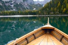 在高山湖, Lago di Braies Braies湖的木小船 库存图片