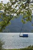 在高山湖Mondsee,奥地利的小航行游艇 免版税图库摄影