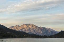 在高山湖Mondsee,奥地利的日落 免版税库存照片