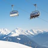 在高山滑雪胜地的驾空滑车 库存图片