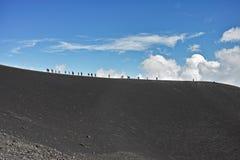 在高山的人步行 免版税库存照片