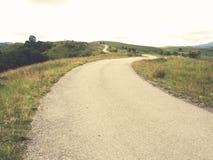 在高山的弯曲的柏油路 库存照片