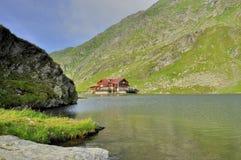 在高山的湖客舱 免版税库存照片