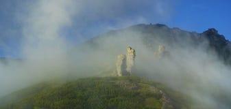 在高山的美好的发烟性早晨 免版税库存照片