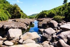 在高山的水小河 免版税图库摄影