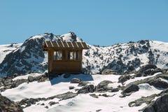 在高山范围的一点小屋 免版税库存照片