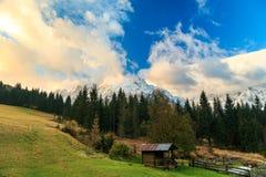 在高山谷的秋天日出 免版税库存照片