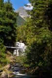 在高山足迹的人行桥通过地狱峡谷,施拉德明,奥地利 库存图片