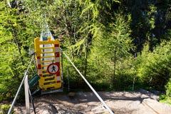 在高山足迹的吊桥通过地狱峡谷,施拉德明,奥地利 免版税图库摄影