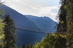 在高山足迹的吊桥通过地狱峡谷,施拉德明,奥地利 库存照片