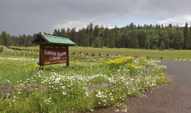 在高山附近的一个Hannagan草甸小屋标志,亚利桑那 库存照片