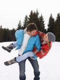 在高山雪场面的新夫妇 免版税库存图片