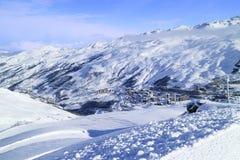 在高山滑雪倾斜,冬天风景 免版税库存照片
