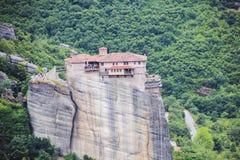 在高岩石的修道院修造在Athos山 免版税库存照片