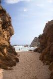 在高岩石西班牙之后的海滩 图库摄影