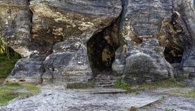 在高岩石结构内被形成的自然洞 免版税库存图片
