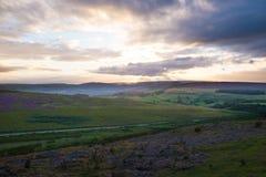 在高峰区的小山的剧烈的日落 库存照片