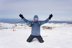 在高峰在雪山的山顶迁徙的成就以后供以人员做胜利标志在冬天风景 库存图片