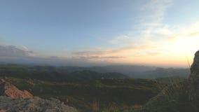 在高峰岩石的山日落 在山位差的黑暗的关键日落光晃动岩石草 影视素材
