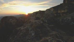 在高峰岩石的山日落 在山位差的黑暗的关键日落光晃动岩石草 股票录像