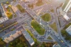 在高峰时间,两层的公路交叉点空中寄生虫视图  在繁忙的都市高速公路的交通堵塞有圈子的 有lo的拥挤的街 库存照片