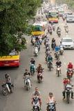 在高峰时间,繁忙的河内街道 免版税库存图片