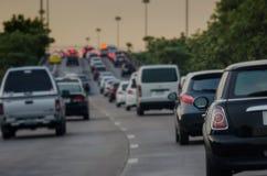 在高峰时间,与汽车行的交通堵塞在明确途中的 免版税库存图片