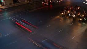 在高峰时间,交通长的曝光光时间间隔横跨公路交叉点落后,从晚上到黄昏,无法认出的面孔 影视素材