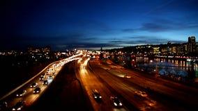在高峰时间1920x1080,在焦点自动交通Bokeh外面高定义电影在跨境高速公路的在波特兰俄勒冈 股票录像