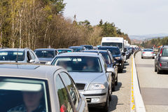 在高峰时间,在高速公路的交通堵塞 库存图片