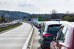在高峰时间,在高速公路的交通堵塞 免版税库存照片